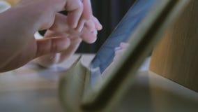 Κινηματογράφηση σε πρώτο πλάνο του νέου θηλυκού που χρησιμοποιεί την ψηφιακή ταμπλέτα απόθεμα βίντεο