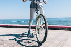 Κινηματογράφηση σε πρώτο πλάνο του νέου οδηγώντας ποδηλάτου έναρξης γυναικών Στοκ εικόνα με δικαίωμα ελεύθερης χρήσης