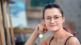 Κινηματογράφηση σε πρώτο πλάνο του νέου όμορφου μολυβιού εκμετάλλευσης σχεδιαστών hipster θηλυκού που απολαμβάνει το σπάσιμο απόθεμα βίντεο