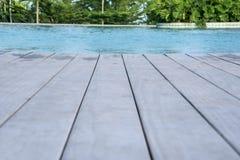 Κινηματογράφηση σε πρώτο πλάνο του ξύλινου πατώματος της πισίνας στοκ εικόνες