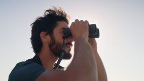 Κινηματογράφηση σε πρώτο πλάνο του οδοιπόρου που κοιτάζει μέσω των διοπτρών απόθεμα βίντεο