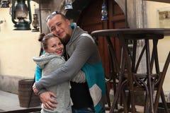 Κινηματογράφηση σε πρώτο πλάνο του οικογενειακού ζεύγους που κάνει τη μορφή καρδιών με τα χέρια Ευτυχές ρομαντικό νέο ζεύγος ερωτ Στοκ Εικόνες