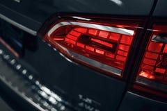 Κινηματογράφηση σε πρώτο πλάνο του οπίσθιου φωτός ενός σύγχρονου αυτοκινήτου Οδηγημένη οπτική του αυτοκινήτου Λεπτομέρεια στο οπί στοκ εικόνα
