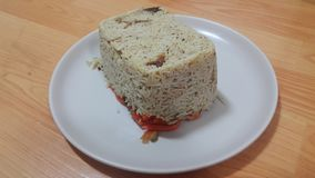 Κινηματογράφηση σε πρώτο πλάνο του παγωμένου κέικ άσπρου ρυζιού σε ένα άσπρο πιάτο πέρα από το ξύλινο πάτωμα στοκ εικόνες με δικαίωμα ελεύθερης χρήσης