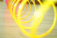 Κινηματογράφηση σε πρώτο πλάνο του παιχνιδιού άνοιξη στο μαλακό υπόβαθρο στοκ εικόνα