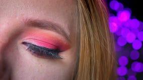 Κινηματογράφηση σε πρώτο πλάνο του πανέμορφου θηλυκού ματιού makeup με τις ρόδινες σκιές και τα μακροχρόνια όμορφα eyelashes απόθεμα βίντεο