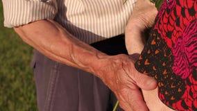 Κινηματογράφηση σε πρώτο πλάνο του παππού που αγκαλιάζει τη σύζυγό του ρυτίδες φιλμ μικρού μήκους