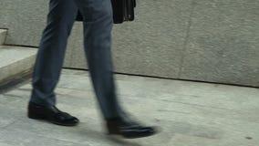 Κινηματογράφηση σε πρώτο πλάνο του περπατήματος επιχειρηματιών κάτω, έννοια των οπισθοδρομήσεων στη σταδιοδρομία απόθεμα βίντεο