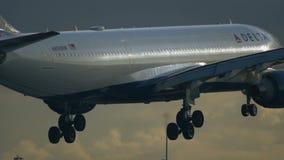 Κινηματογράφηση σε πρώτο πλάνο του πλησιάζοντας airbus A330 του του δέλτα αέρα φιλμ μικρού μήκους