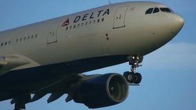Κινηματογράφηση σε πρώτο πλάνο του πλησιάζοντας airbus A330 του του δέλτα αέρα απόθεμα βίντεο
