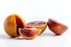 Κινηματογράφηση σε πρώτο πλάνο του πορτοκαλιού αίματος, τύπος σισιλιάνων φρούτων στην άσπρη επιφάνεια στοκ εικόνα με δικαίωμα ελεύθερης χρήσης