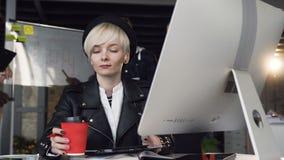 Κινηματογράφηση σε πρώτο πλάνο του πορτρέτου της πολυάσχολης νέας εργασίας επιχειρησιακών γυναικών στο σύγχρονο γραφείο που χρησι απόθεμα βίντεο