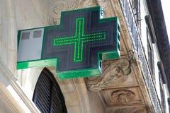 Κινηματογράφηση σε πρώτο πλάνο του πράσινου καταστήματος εξωτερικού σημαδιών φαρμακείων στη Γαλλία στοκ εικόνα με δικαίωμα ελεύθερης χρήσης