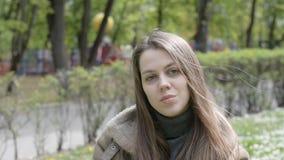 Κινηματογράφηση σε πρώτο πλάνο του προσώπου γυναικών υπαίθρια απόθεμα βίντεο