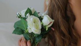 Κινηματογράφηση σε πρώτο πλάνο του προσώπου ενός κοριτσιού, ένα συνέδριο στα λουλούδια απόθεμα βίντεο