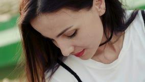 Κινηματογράφηση σε πρώτο πλάνο του προσώπου ενός νέου και ελκυστικού κοριτσιού στην πηγή φιλμ μικρού μήκους
