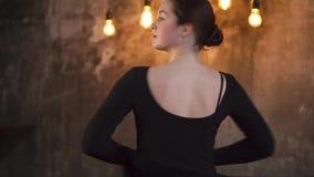 Κινηματογράφηση σε πρώτο πλάνο του προσώπου και σώμα του όμορφου σύγχρονου ballerina φιλμ μικρού μήκους