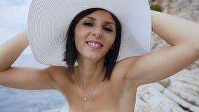 Κινηματογράφηση σε πρώτο πλάνο του προσώπου της νέας θερινής προκλητικής γυναίκας που φορά το καπέλο Υπαίθρια πορτρέτο τρόπου ζωή απόθεμα βίντεο