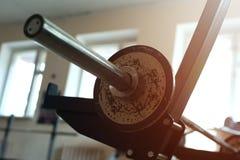 Κινηματογράφηση σε πρώτο πλάνο του ραφιού για τα barbells στοκ εικόνες