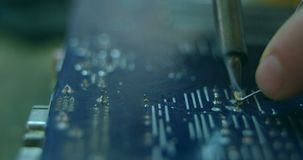 Κινηματογράφηση σε πρώτο πλάνο του ρομποτικού πίνακα κυκλωμάτων μηχανικών συγκεντρώνοντας στο γραφείο 4k απόθεμα βίντεο