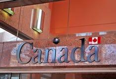 Κινηματογράφηση σε πρώτο πλάνο του σημαδιού του Καναδά στο γενικό πρόξενο του κτηρίου του Καναδά στο Σίδνεϊ στοκ φωτογραφίες