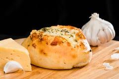 Κινηματογράφηση σε πρώτο πλάνο του σπιτικού μίνι κουλουριού πιτσών που ολοκληρώνεται με το τυρί, σκόρδο α Στοκ Εικόνες