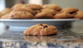Κινηματογράφηση σε πρώτο πλάνο του σπιτικού μπισκότου τσιπ σοκολάτας countertop στοκ εικόνες