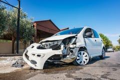 Κινηματογράφηση σε πρώτο πλάνο του συντριφθε'ντος αυτοκινήτου μετά από το ατύχημα στο δρόμο στην πόλη, ηλιόλουστη DA στοκ εικόνα
