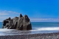 Κινηματογράφηση σε πρώτο πλάνο του σχηματισμού βράχου στην ακτή ενάντια στο μπλε ουρανό στοκ φωτογραφίες