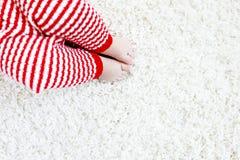 Κινηματογράφηση σε πρώτο πλάνο του σώματος και των ποδιών μωρών στο κόκκινο παντελόνι Άγιου Βασίλη στα Χριστούγεννα Στοκ εικόνες με δικαίωμα ελεύθερης χρήσης
