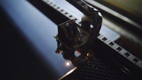 Κινηματογράφηση σε πρώτο πλάνο του τέμνοντος καθρέφτη λέιζερ CNC τέμνο απόθεμα βίντεο