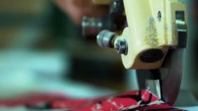 Κινηματογράφηση σε πρώτο πλάνο του τέμνοντος υφάσματος λεπίδων Χειρωνακτική τέμνουσα μηχανή υφάσματος Η μηχανή κόβει το ύφασμα απόθεμα βίντεο