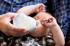 Κινηματογράφηση σε πρώτο πλάνο του ταΐζοντας μωρού grandpa Στοκ Εικόνες