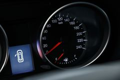 Κινηματογράφηση σε πρώτο πλάνο του ταχυμέτρου στο ταμπλό ενός σύγχρονου ακριβού αυτοκινήτου στοκ εικόνες με δικαίωμα ελεύθερης χρήσης