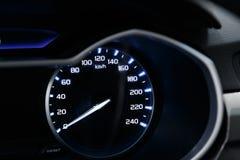 Κινηματογράφηση σε πρώτο πλάνο του ταχυμέτρου στο ταμπλό ενός σύγχρονου ακριβού αυτοκινήτου Ο φωτισμός ταμπλό απεικονίζεται στοκ φωτογραφία με δικαίωμα ελεύθερης χρήσης