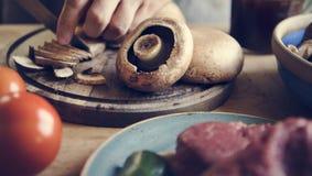 Κινηματογράφηση σε πρώτο πλάνο του τεμαχισμού μιας ιδέας συνταγής φωτογραφίας τροφίμων μανιταριών στοκ εικόνες με δικαίωμα ελεύθερης χρήσης