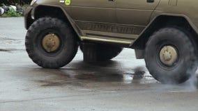 Κινηματογράφηση σε πρώτο πλάνο του τεράστιου πλαϊνού φορτηγού που παρασύρει, μεγάλες ρόδες, δύναμη φιλμ μικρού μήκους