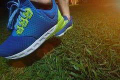 Κινηματογράφηση σε πρώτο πλάνο του τρεξίματος των μπλε παπουτσιών Στοκ φωτογραφία με δικαίωμα ελεύθερης χρήσης