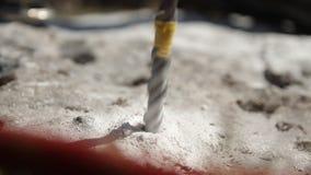 Κινηματογράφηση σε πρώτο πλάνο του τρυπανιού σφυριών μια τρύπα στο βράχο απόθεμα βίντεο
