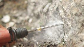 Κινηματογράφηση σε πρώτο πλάνο του τρυπανιού σφυριών μια τρύπα στο βράχο φιλμ μικρού μήκους