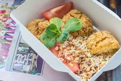 Κινηματογράφηση σε πρώτο πλάνο του υγιούς πιάτου διατροφής Φρέσκια καθημερινή παράδοση γευμάτων λαχανικό στα κιβώτια τεχνών Στοκ Φωτογραφίες