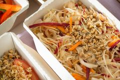 Κινηματογράφηση σε πρώτο πλάνο του υγιούς πιάτου διατροφής Φρέσκια καθημερινή παράδοση γευμάτων λαχανικό στα κιβώτια τεχνών Στοκ φωτογραφία με δικαίωμα ελεύθερης χρήσης