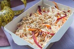 Κινηματογράφηση σε πρώτο πλάνο του υγιούς πιάτου διατροφής Φρέσκια καθημερινή παράδοση γευμάτων λαχανικό στα κιβώτια τεχνών Στοκ Εικόνες