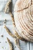 Κινηματογράφηση σε πρώτο πλάνο του φλοιωδών ψωμιού και των αυτιών Στοκ φωτογραφία με δικαίωμα ελεύθερης χρήσης