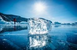Κινηματογράφηση σε πρώτο πλάνο του φυσικού σπάζοντας πάγου με το φως του ήλιου στο παγωμένο νερό στη λίμνη Baikal, Σιβηρία, Ρωσία στοκ φωτογραφίες με δικαίωμα ελεύθερης χρήσης