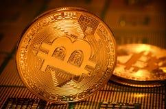 Κινηματογράφηση σε πρώτο πλάνο του φυσικού bitcoin πέρα από τους επεξεργαστές υπολογιστών ΚΜΕ που ευθυγραμμίζεται Στοκ Φωτογραφίες