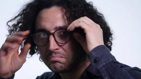 Κινηματογράφηση σε πρώτο πλάνο του χαμογελώντας νεαρού άνδρα που φορά eyeglasses Πορτρέτο του ευτυχούς τύπου με eyeglasses που εξ απόθεμα βίντεο