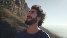 Κινηματογράφηση σε πρώτο πλάνο του χαμογελώντας οδοιπόρου ενάντια στον ουρανό απόθεμα βίντεο