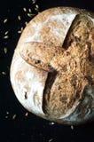 Κινηματογράφηση σε πρώτο πλάνο του χειροτεχνικού ψωμιού με τις ελιές στο μαύρο υπόβαθρο στοκ εικόνες