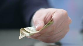 Κινηματογράφηση σε πρώτο πλάνο του χεριού επιχειρηματιών που δίνει τα χρήματα, άκρες για την υπηρεσία ξενοδοχείων, πληρωμή απόθεμα βίντεο